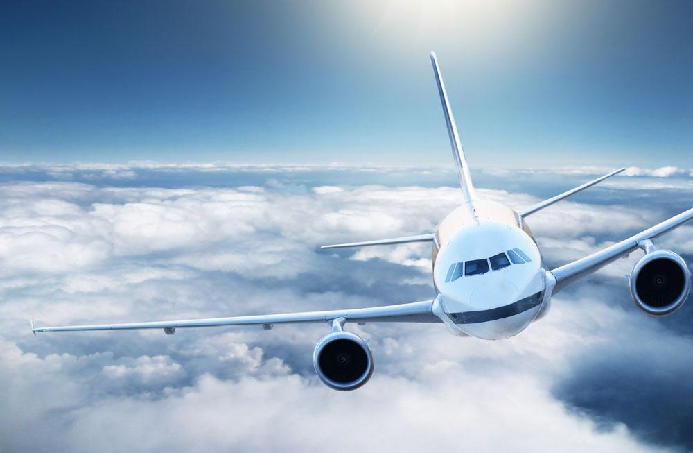 蓝天白飞行中的飞机高清图片