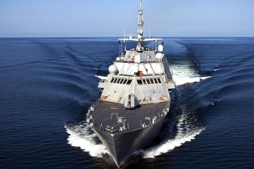 海洋中行驶的轮船高清图片