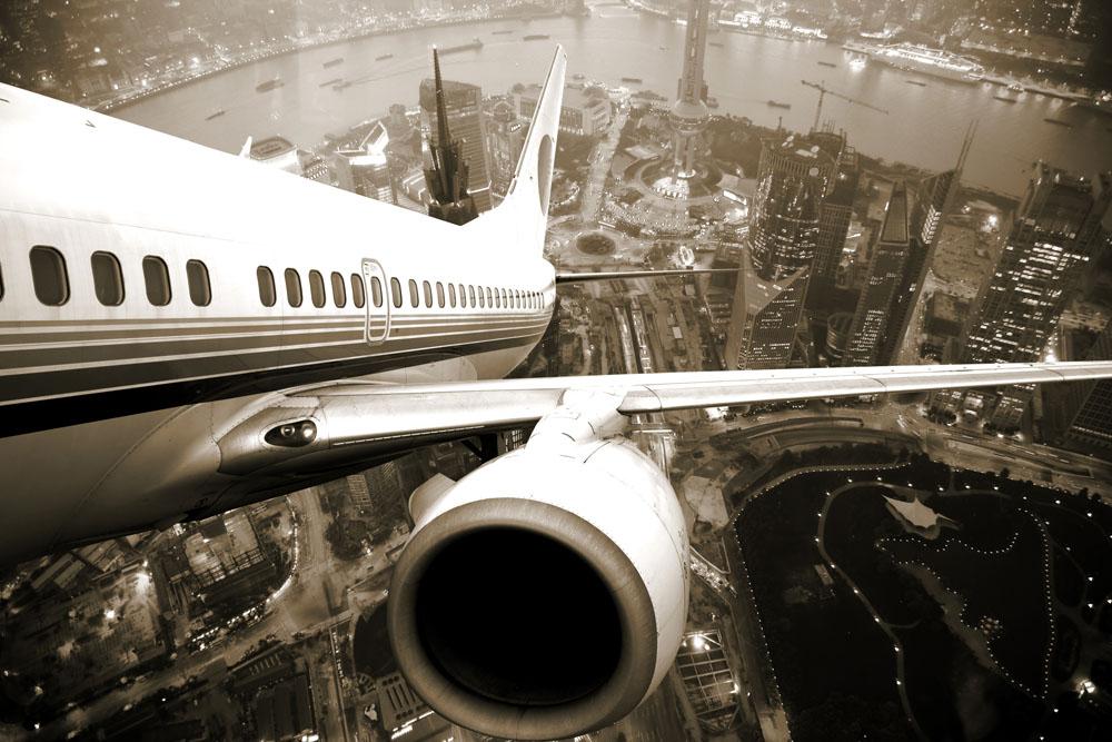 飞机和城市鸟瞰图高清图片