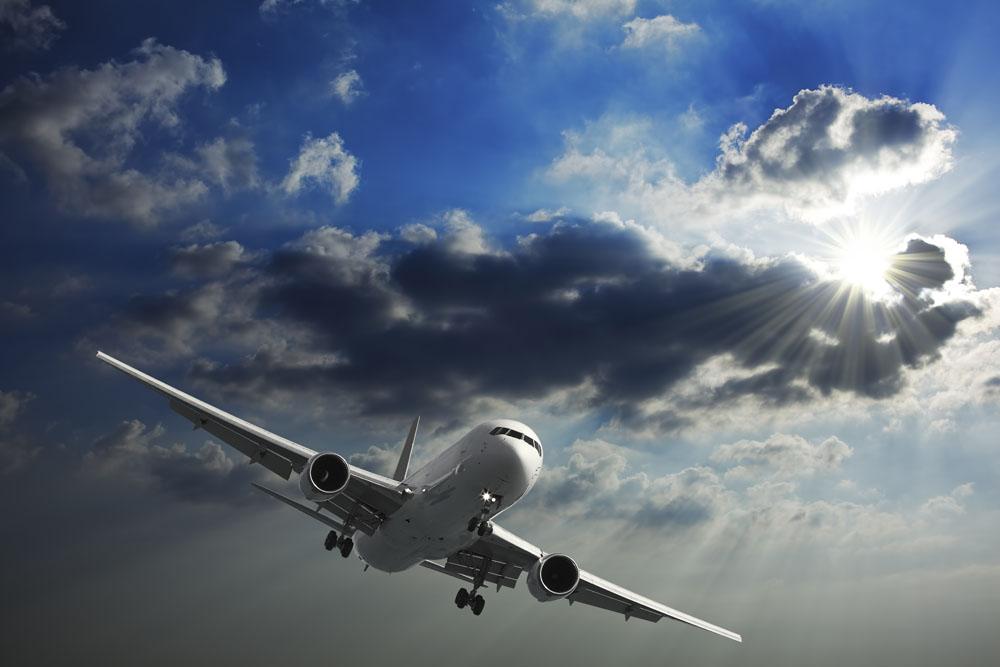 蓝天上的飞机高清图片