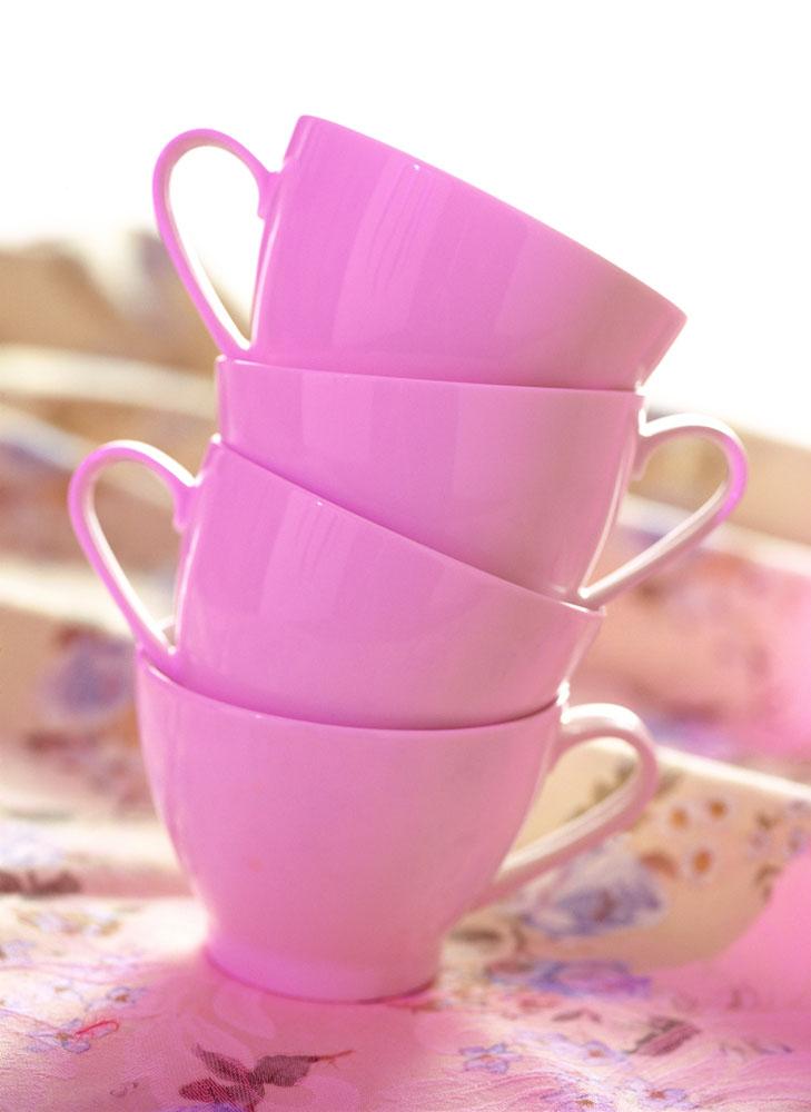 摞在一起的四个紫色杯子高清图片