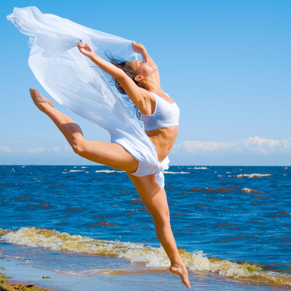 海边女孩翩翩起舞高清图片