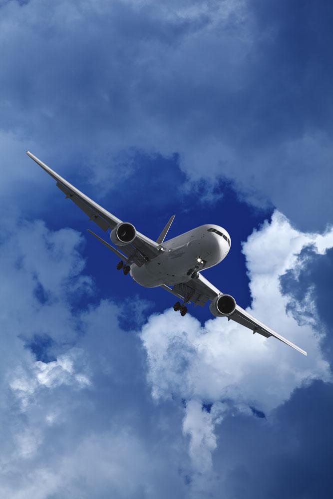 天空中的一架飞机高清图片
