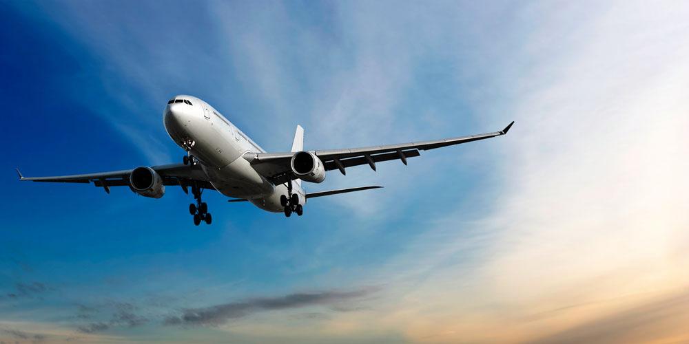 天空中飞行的飞机高清图片