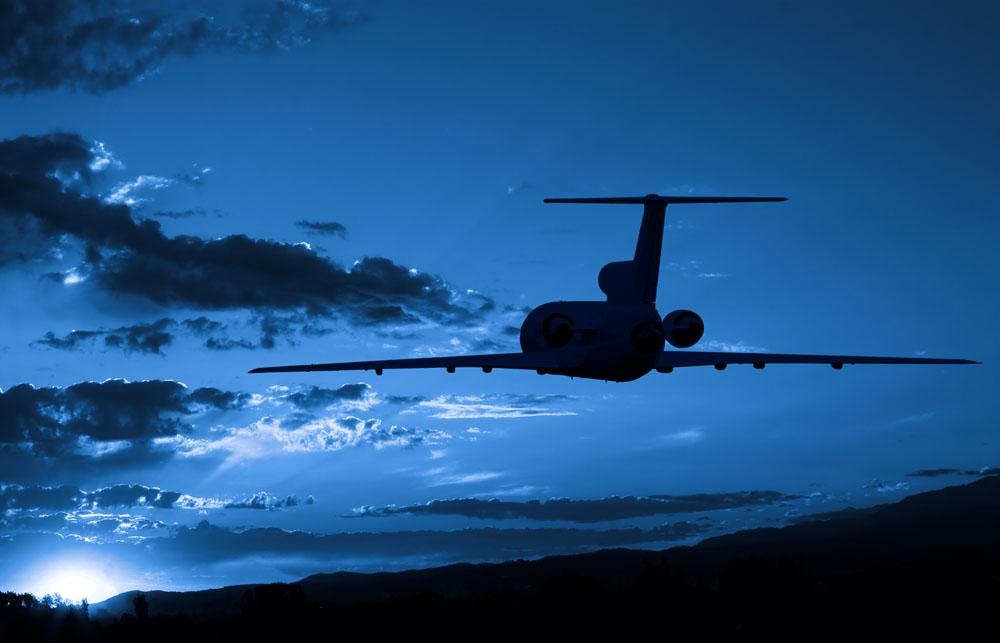 飞行的飞机傍晚美景高清图片