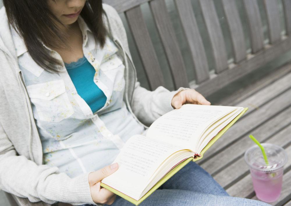 看书女孩生活照图片