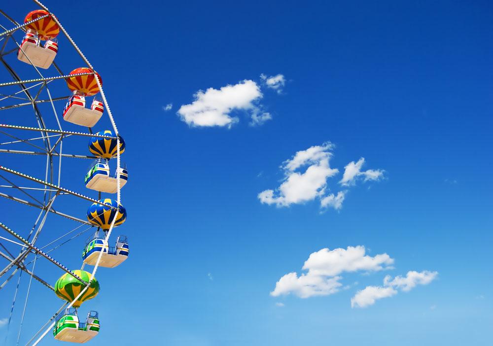 蓝天白云与游乐风车