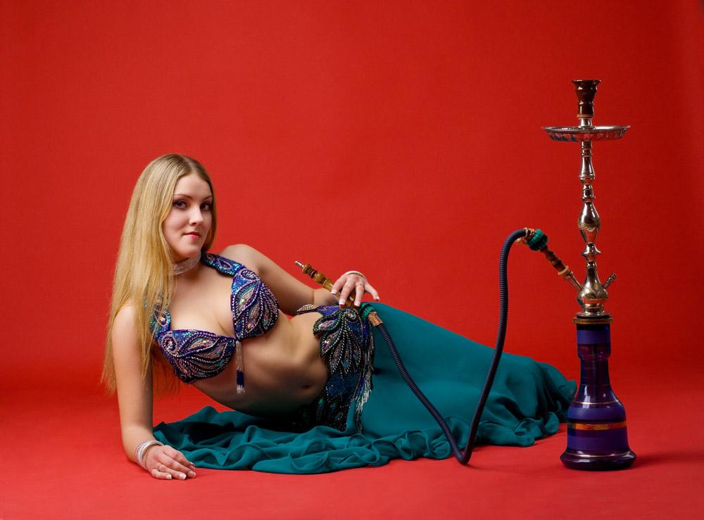 吸烟的性感美女